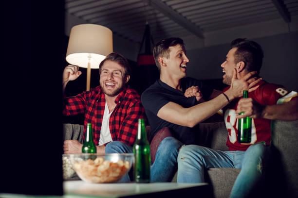 extatisch voetbalfans juichen thuis - football friends tv night stockfoto's en -beelden