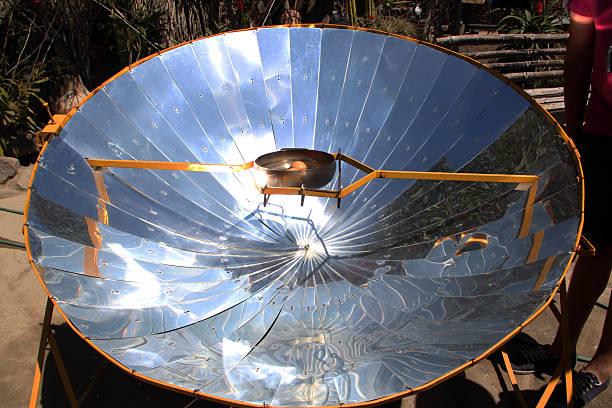 équateur: bouillant œufs avec un miroir parabolique - concave photos et images de collection