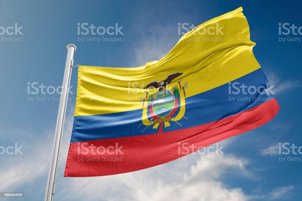 Bandera de Ecuador es agitando contra el cielo azul - foto de stock