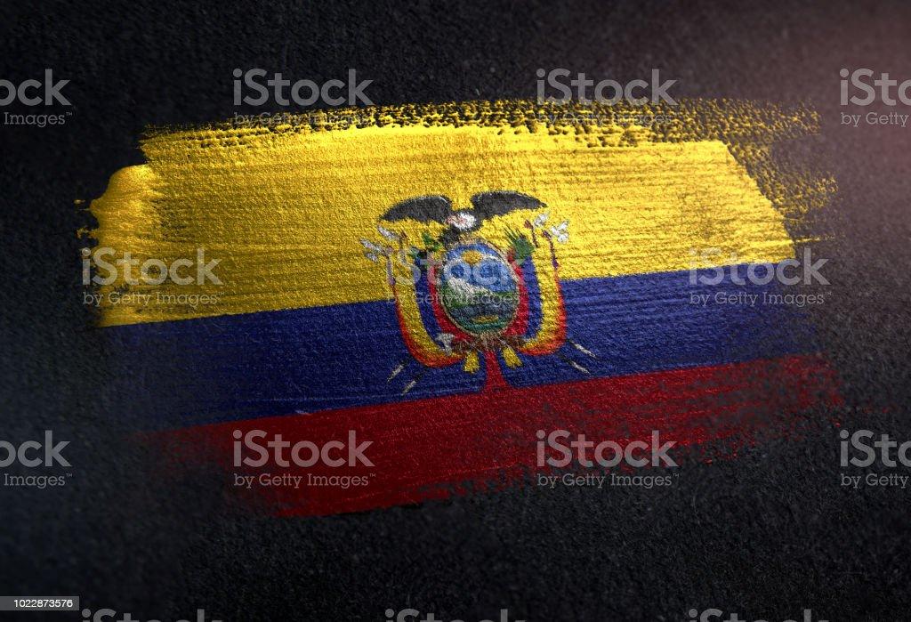 Bandera de Ecuador de cepillo metálico pintura en pared Dark Grunge - foto de stock