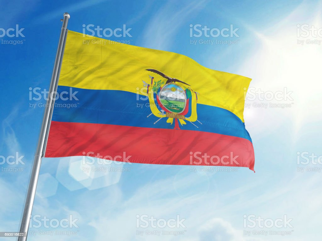 Bandera de Ecuador sobre un fondo de nubes - foto de stock