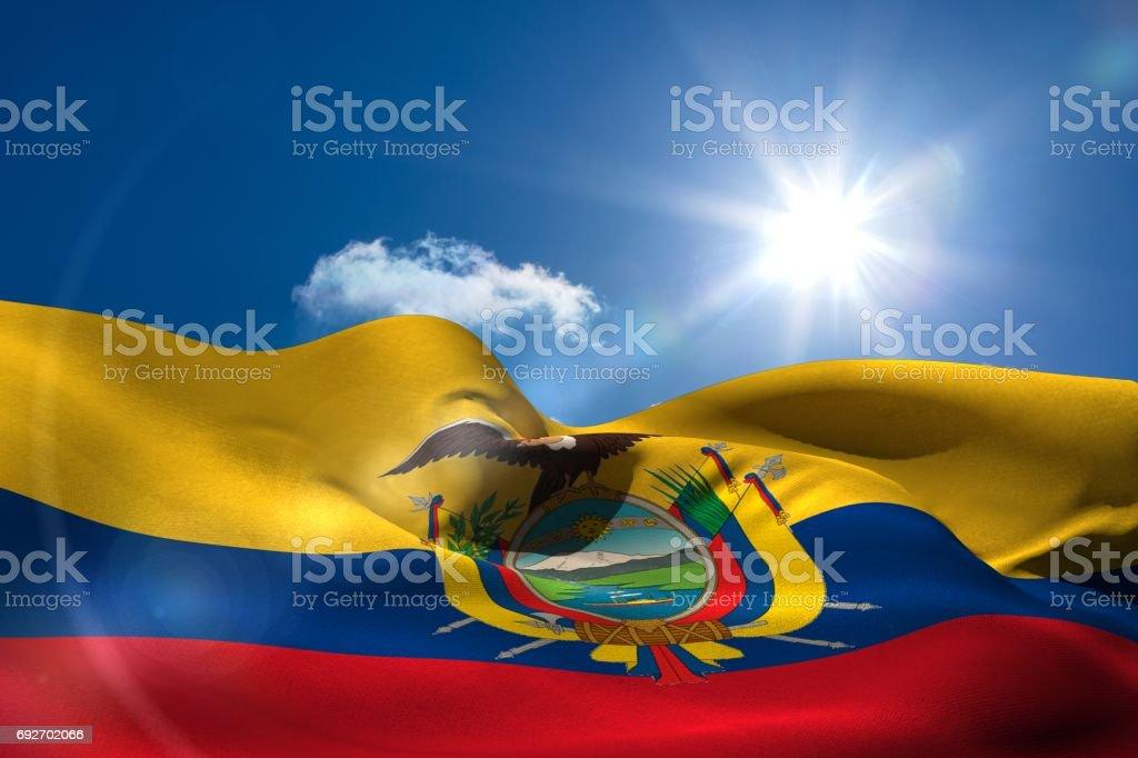 Bandera Nacional del Ecuador bajo cielo soleado - foto de stock