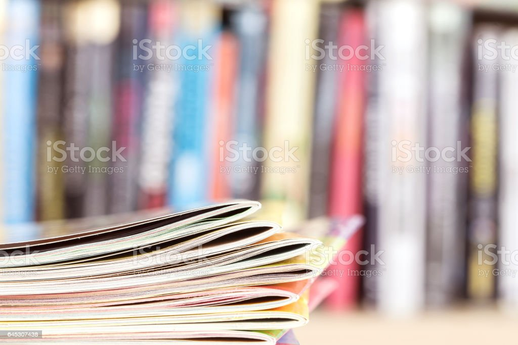 bulanık kitaplık ile istifleme renkli dergi kenarı - Royalty-free ABD Stok görsel