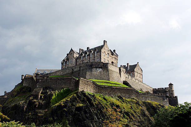 edinburgh castle gegen die stürmischen himmel - hochmittelalter stock-fotos und bilder