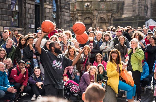 Festival de Edimburgo calle artista intérprete o ejecutante entretener multitudes - foto de stock