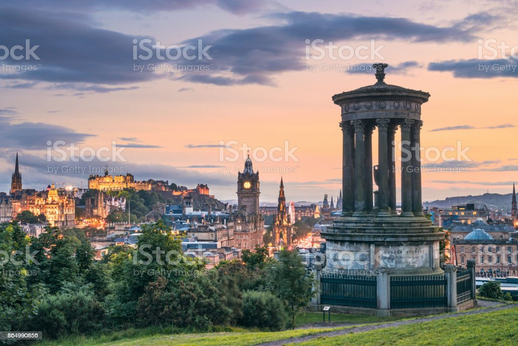 Edinburghs historische Skyline in der Abenddämmerung - Calton Hill Aussichtspunkt – Foto