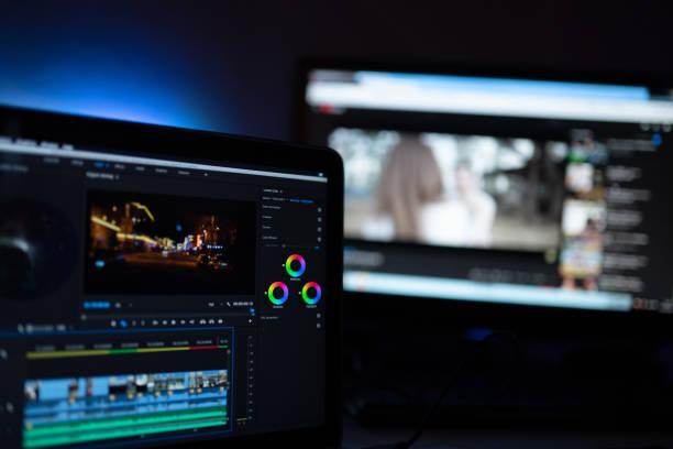 編集者は、ソーシャルメディアまたは世界中のコンテンツをアップロードするために、ビデオ編集カラーグレーディングを表示します - image ストックフォトと画像