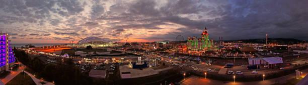 夜のドラマチックな夕焼け雲とソチ公園やアドラーでオリンピック エリアに近い黒海パノラマ ビューの編集画像 - クラスノダール市 ストックフォトと画像
