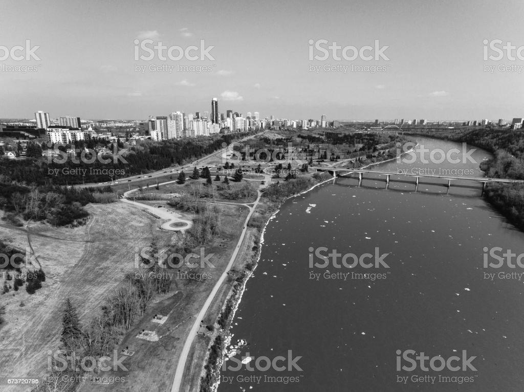 Edmonton River Skyline, Arial en noir et blanc photo libre de droits