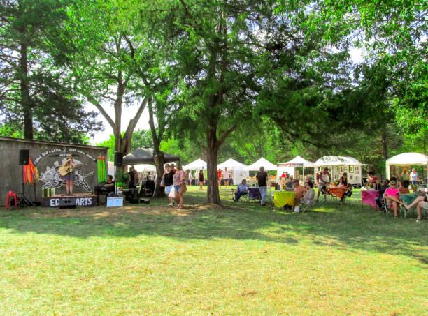 edom-kunst-festival in texas. - altes schmuckkunsthandwerk stock-fotos und bilder