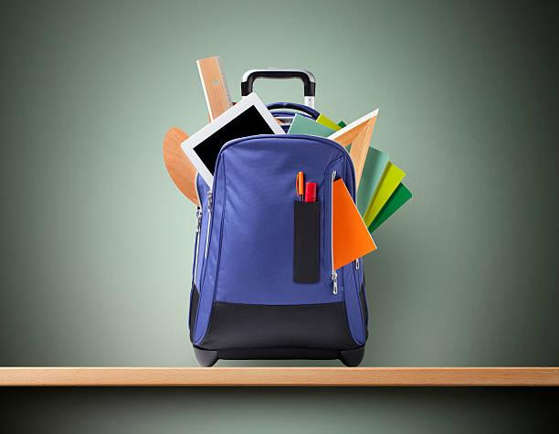 istruzione. zaino con materiale scolastico. - cartella scolastica foto e immagini stock