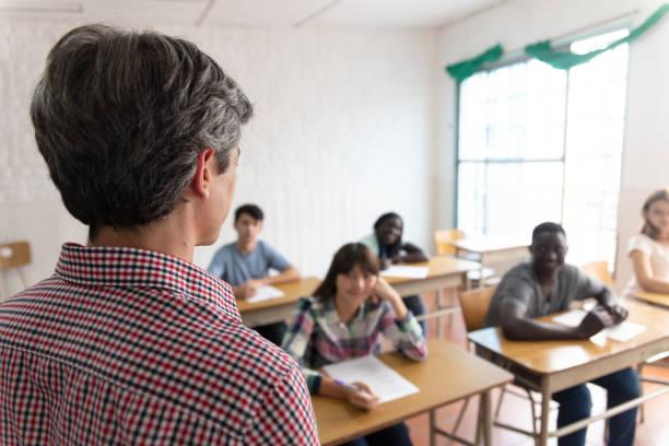 bildungskonzept. professor und studenten während eines unterrichts - lautsprecher test stock-fotos und bilder