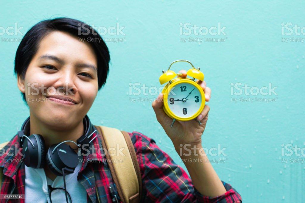 Bildungskonzept. Mann in schottischen Hemd. Halten Uhr Tutor warten studieren, lernen, Bücher mit Freunden. Auf grünem Hintergrund. Selektiven Fokus - Lizenzfrei Abwarten Stock-Foto