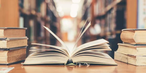 bildungskonzept mit buch in der bibliothek - geführtes lesen stock-fotos und bilder