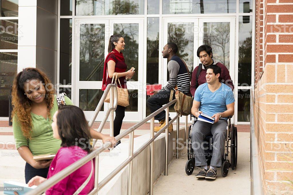 Bildung: Barrierefreie Teilnehmer haben sich Rollstuhlrampe.  College campus. – Foto