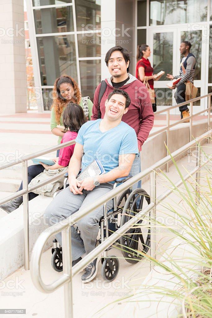 La educación: Estudiante con Discapacidad han contribuido de rampa para silla de ruedas.  College campus. - foto de stock