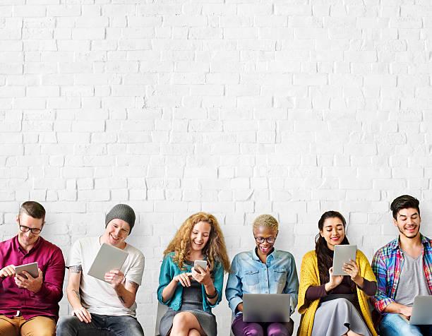 Educación amigos dispositivo Digital grupo concepto de estilo de vida - foto de stock