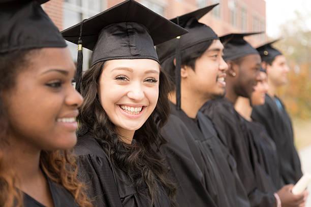 Bildung: Hochschulabsolventen stehen in Zeile auf college-campus. – Foto