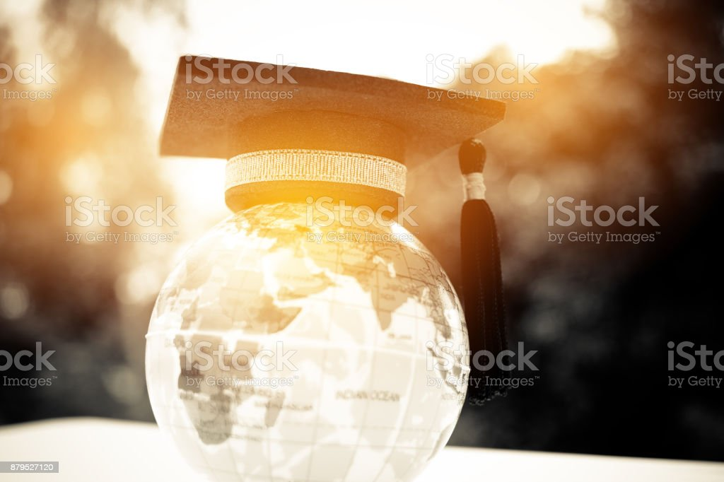Education in Global, Graduation cap on top model Earth. Concept of abroad international Educational, Back to School and Studies lead to success in world wide. - foto stock