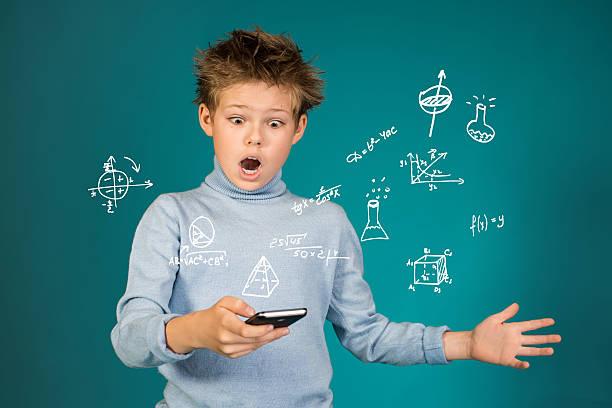 Bildung Schule und Technologie-Konzept. Überrascht Junge mit smartphone. – Foto