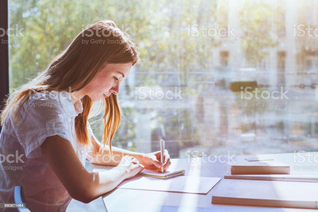 教育、大学の学生の女の子 ストックフォト