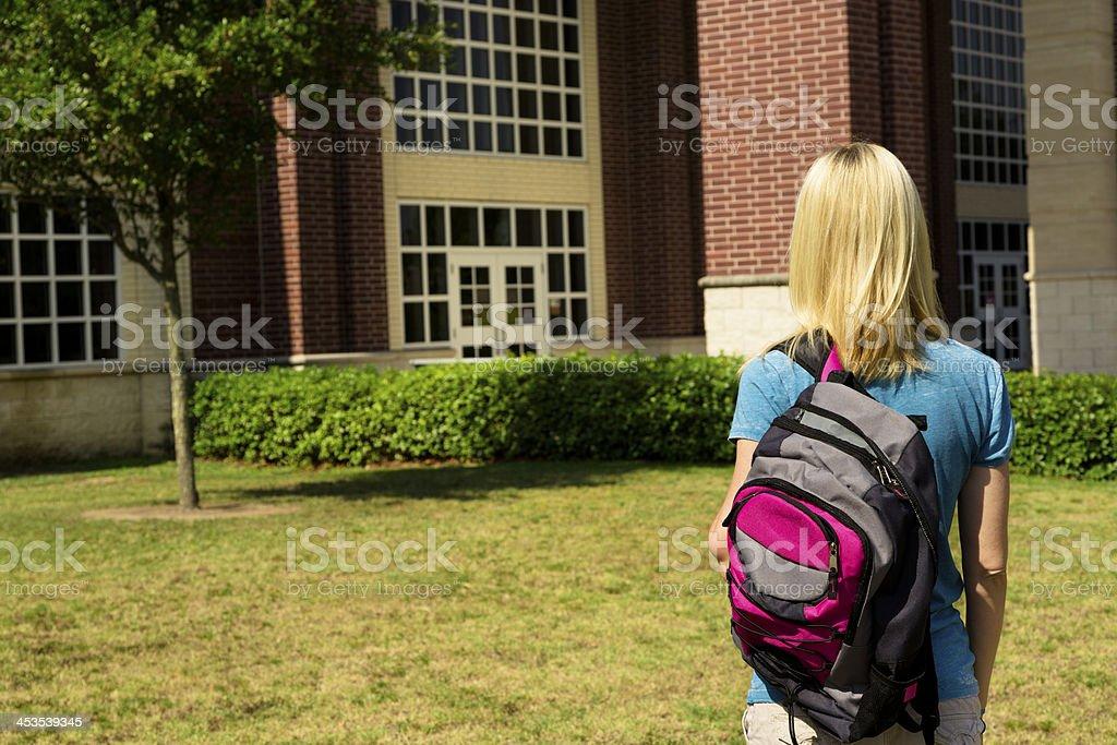 Bildung: Student vor university oder den high school-Gebäude. – Foto