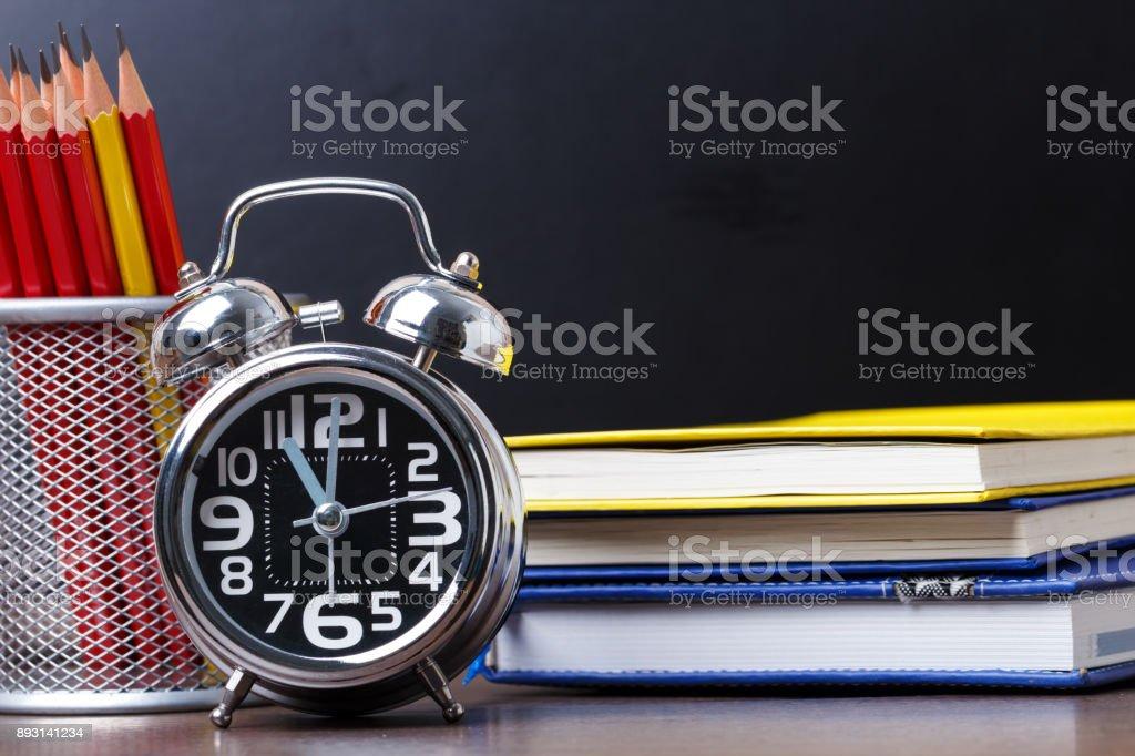 Pädagogische Ausrüstung besteht aus einem Wecker – Foto