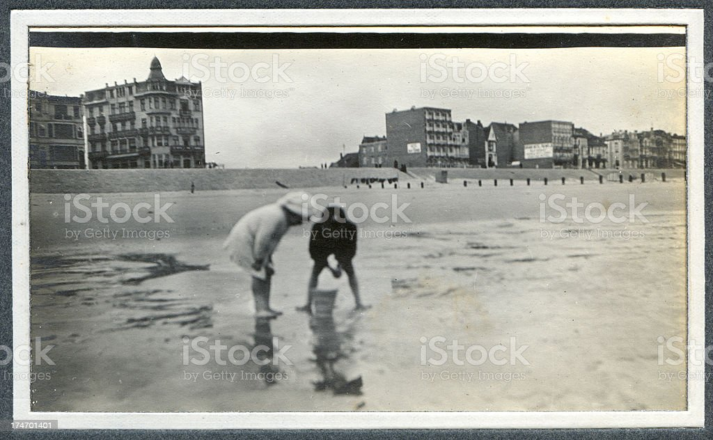 Edwardian children playing at the seaside - Old Photograph foto