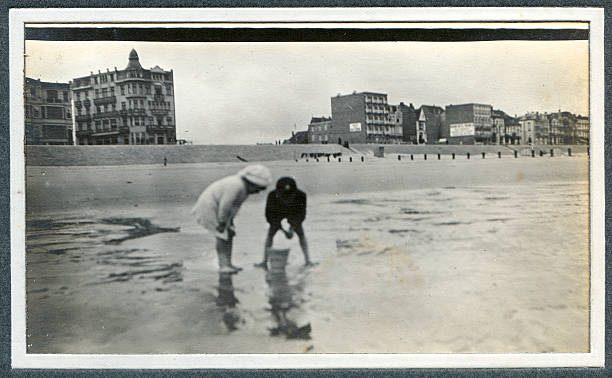 eduardiano crianças brincando no mar-fotografia antiga - com os pés na água - fotografias e filmes do acervo