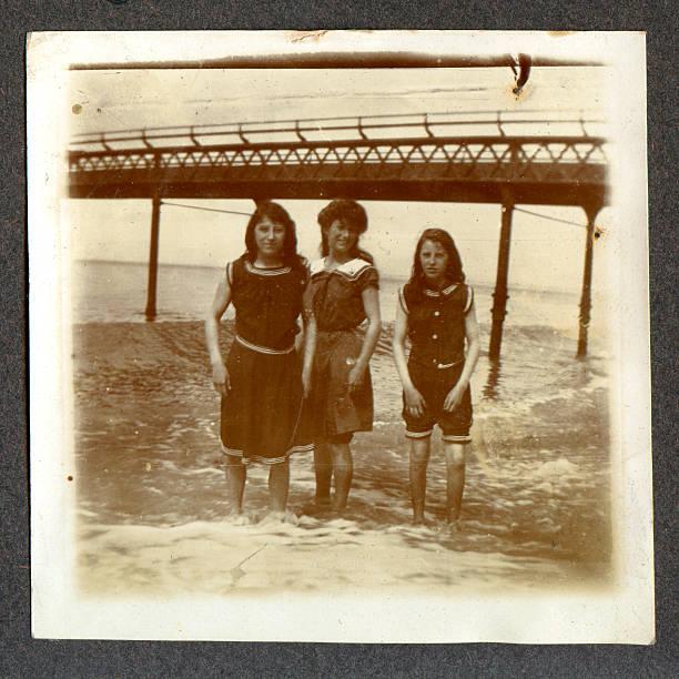 garotas eduardiano à beira-mar - com os pés na água - fotografias e filmes do acervo