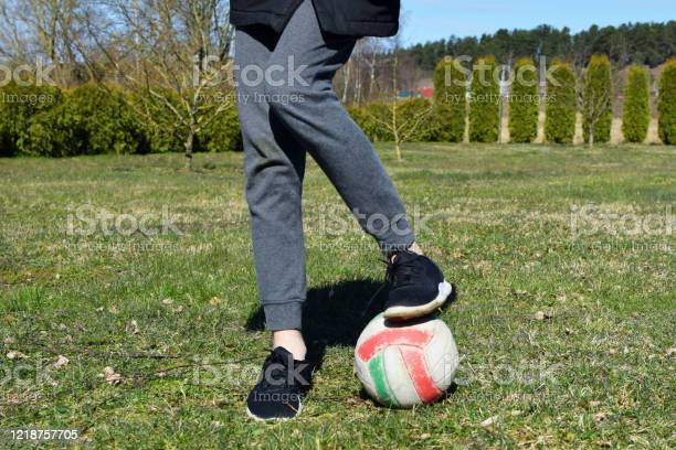 Een boy legs in black sneakers with ball on green grass picture id1218757705?b=1&k=6&m=1218757705&s=612x612&h=f8rsfpykrrkswh8kv7bhtxxgiuiizcavne6y0kdwbr4=