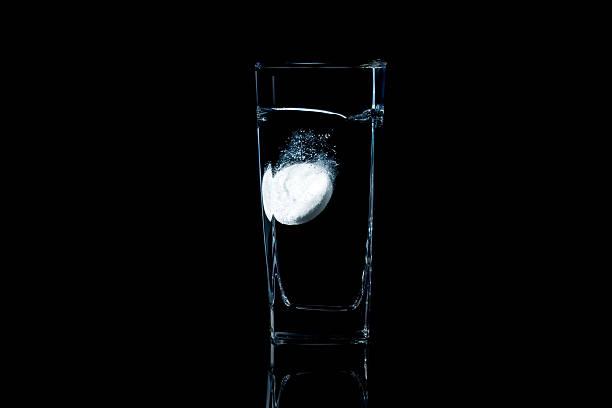Emocionante aspirina disolver en agua - foto de stock