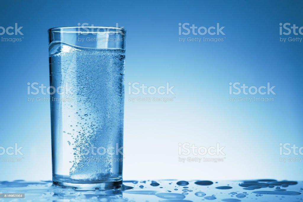Brausetablette in einem Glas – Foto