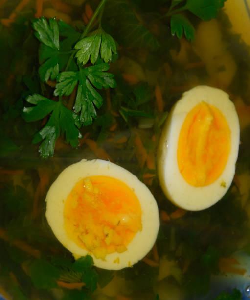 ei und petersilie in suppe, eiersuppe, - borschtsch rezept stock-fotos und bilder