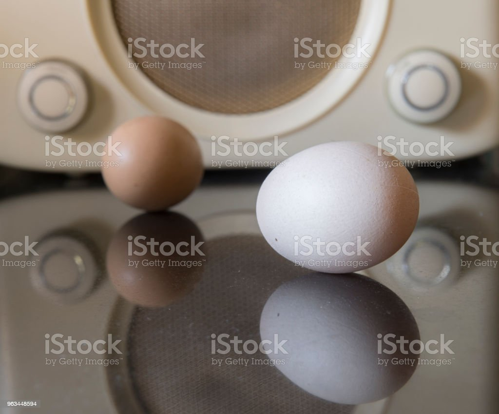 radio rétro et les oeufs dans une cuisine - Photo de Abstrait libre de droits