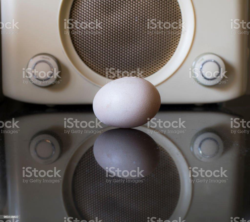 jajko i radio retro w kuchni - Zbiór zdjęć royalty-free (Abstrakcja)