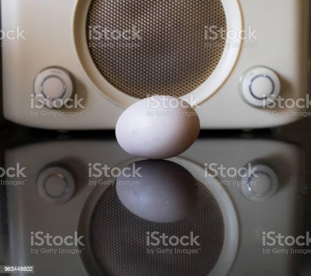 Jajko I Radio Retro W Kuchni - zdjęcia stockowe i więcej obrazów Abstrakcja