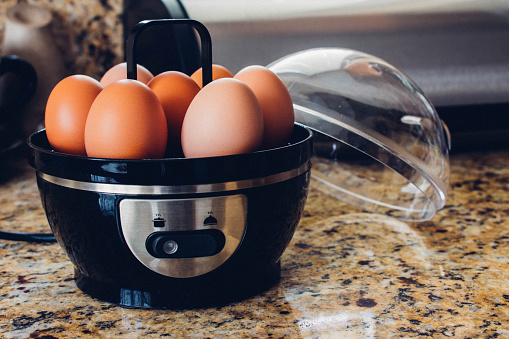 Egg cooker with eggs