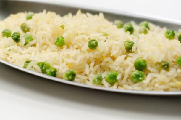 Arroz frito de ovo servido na bandeja de metal, uma adição a um prato principal indiano ou asiático - foto de acervo
