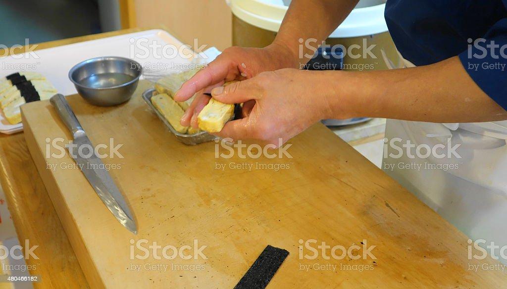 Huevo de sushi enrollados a mano - foto de stock