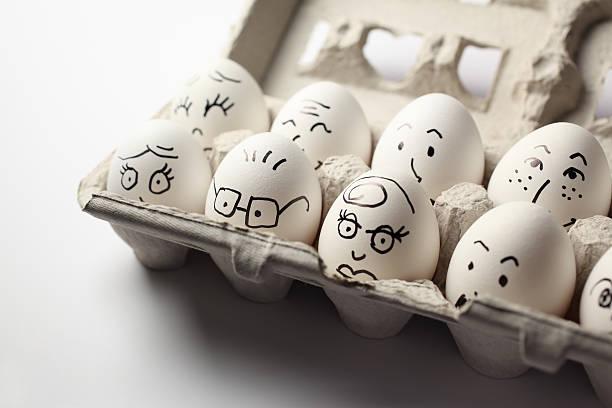 egg heads in der kartonverpackung - eierverpackung stock-fotos und bilder