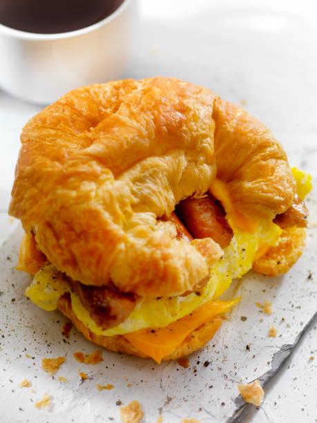 ei, wurst und käse frühstück croissant - ei sandwiches stock-fotos und bilder