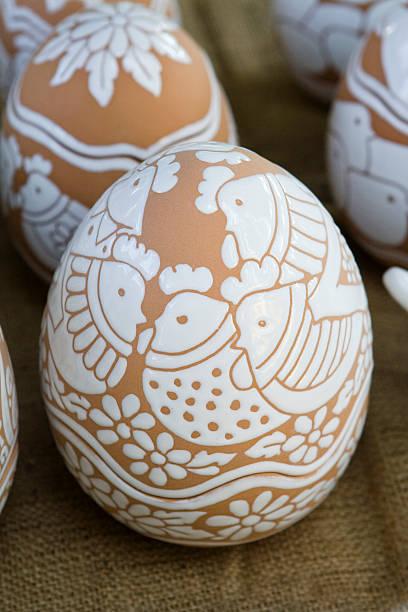 egg-skulptur aus terrakotta - schöne osterbilder stock-fotos und bilder
