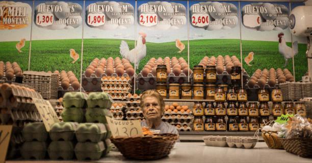 Eierverkäufer auf dem Markt von Alicante, Spanien. – Foto