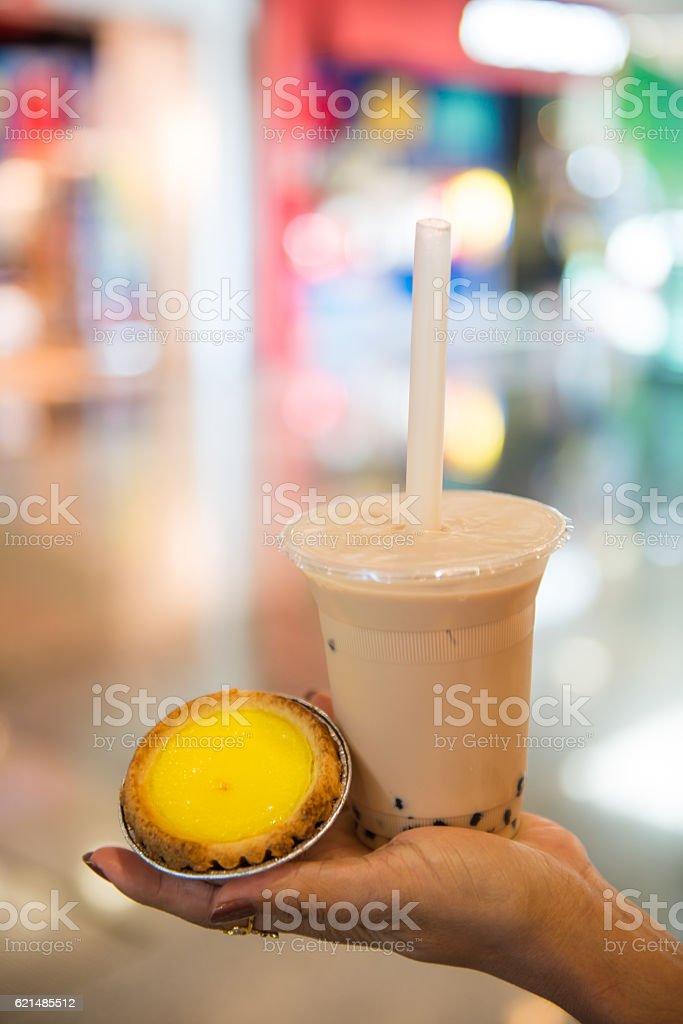 egg tart and milk tea in hand foto stock royalty-free
