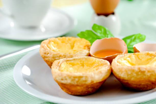 egg-tarte - portugiesische desserts stock-fotos und bilder