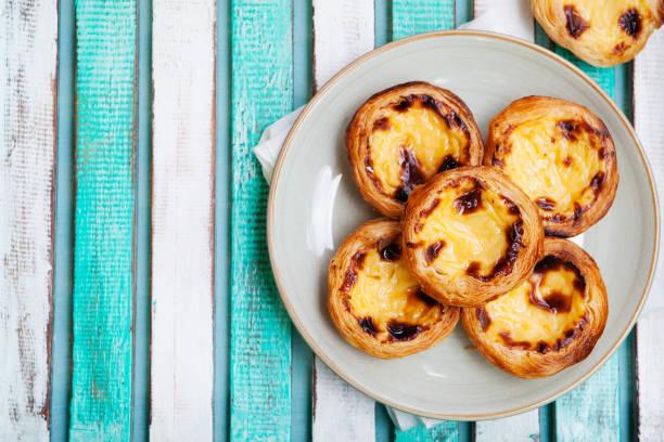 ei-torte. portugiesische dessert. hölzerne hintergrund. - portugiesische desserts stock-fotos und bilder