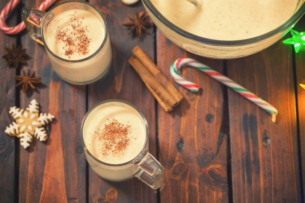 eggnog in der weihnachtszeit - schokolikör stock-fotos und bilder