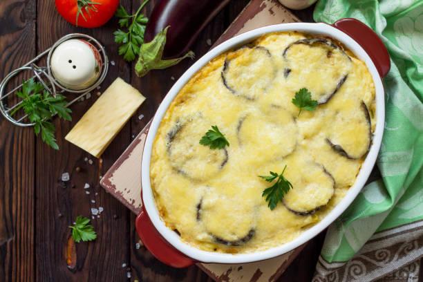 auberginen auflauf mit besciamel (moussaka) - ein traditionelles griechisches gericht auf die küche aus holz hintergrund. oben flach legen hintergrund anzeigen. - käse zucchini backen stock-fotos und bilder
