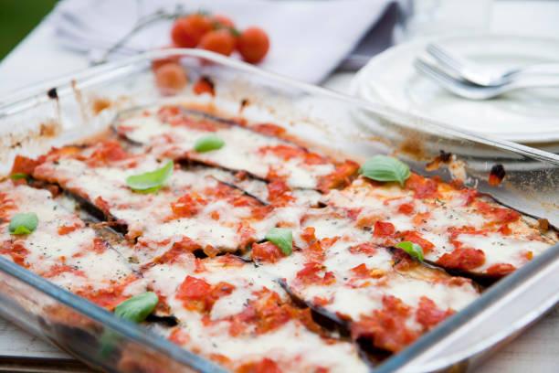 auberginen lasagne - vegetarische rezept, kein fleisch, nur gemüse. - käse zucchini backen stock-fotos und bilder